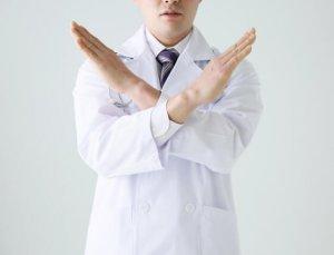 ノーサインをする医師