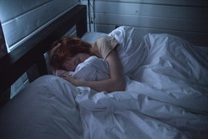 眠れないけど横になる